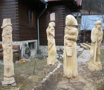 Umelecké Sochy Štyri drevené sochy