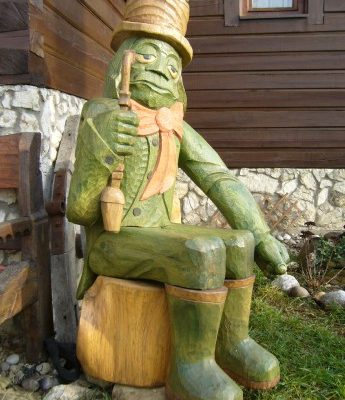 Umelecké Sochy Sediaci vodník so žabou na klobúku