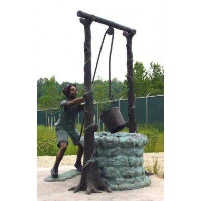 Umelecké Sochy Chlapec ťahajúci vodu zo studne