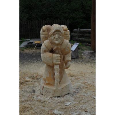 Drevená čarodejnica s košíkom šteniatok - socha z dreva