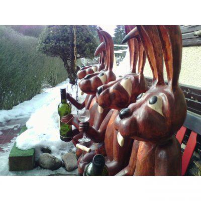 Veselí zajaci - socha z dreva