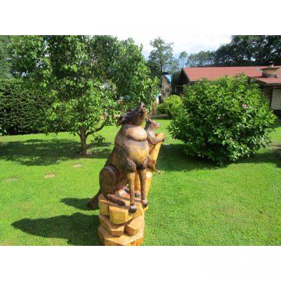 Vlk s vĺčaťom - socha z dreva